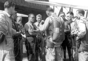 Curych 1937. Porada před závodem v akrobacii. Uprostřed v černých brýlích vedoucí výpravy mjr. Hess.