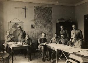 Rakousko-uherští důstojníci při štábní práci během třetí italské ofenzívy na Soči, jež probíhala od 18. října do 4. listopadu 1915.