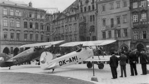 Staroměstské náměstí v Praze. Zde byly vystaveny dva ze soutěžních letounů z curyšských závodů