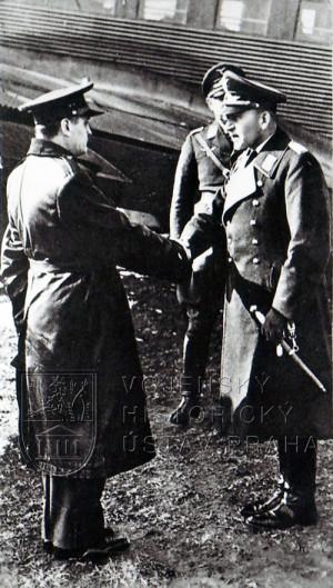 Okupace! Chladné uvítání příslušníků Luftwaffe na letišti v Pardubicích. Také velitel III. peruti LP 4, mjr. Hess - vlevo - se musel podřídit potupným kapitulačním rozkazům.