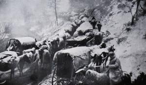 Bezútěšný snímek zasněžené kolony povozů na hranici s Albánií. V horách, kde cesty mnohdy zcela zmizely, museli nakonec všichni prchající pokračovat pěšky. Desetitisíce z nich padly za oběť hladu, vyčerpání, nemocem, mrazu i útokům vlčích smeček či albánských bojůvek.