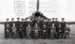 Duxford, 19. 7. 1940. první společné foto důstojníků 310. peruti před prvním dodaným Hurricanem Mk.I. Mjr. Hess sedí 4. zprava.
