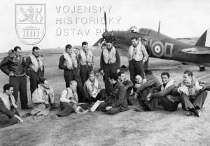 Duxford, září 1940. Piloti 310. peruti před Hurricanem P3143 NN-D, s nímž mjr. Hess vedl 310. peruť do jejího prvního boje 26. 8. 1940.