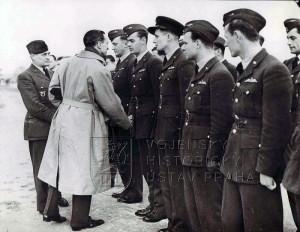 Duxford, 29. 10. 1940. Mjr. A. Hess, DFC představuje britskému ministrovi letectví Siru Archibaldu Sinclairovi piloty 310. peruti.