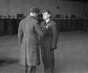 Duxford, 16. 1. 1941. Britský panovník Jiří VI. právě mjr. Hesse dekoruje Záslužným leteckým křížem - DFC.j