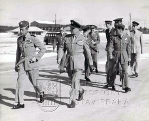 Bahamy, 22. 2. 1944. Pplk. Hess doprovází vévodu z Windsoru, který v roce 1936 panoval jako britský král Edward VIII.