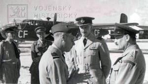 Bahamy, 22. 2. 1944. Pplk. Hess - vpravo - s vévodou z Windsoru, jenž zde navštívil čs. letce, kteří se zde cvičili.