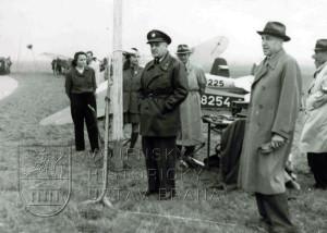 Pardubice, 13. 10. 1946. Plk. Hess na slavnostním zahájení prvního poválečného leteckého dne uspořádaného Východočeským aeroklubem.