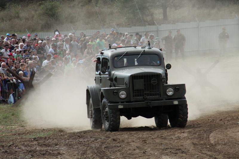 Zahájení Tankového dne. Automobil Volvo (radiovůz) dovezený ze Švédska.