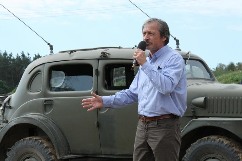 Zaháíjení Tankového dne, ministr obrany Martin Stropnický před automobilem Volvo (radiovůz) dovezeným ze Švédska