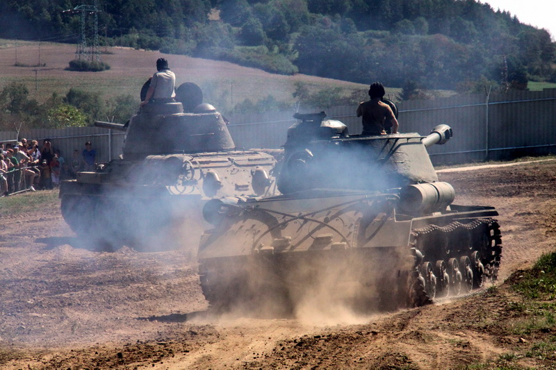 Dva sovětské tanky, T-34 a IS-122