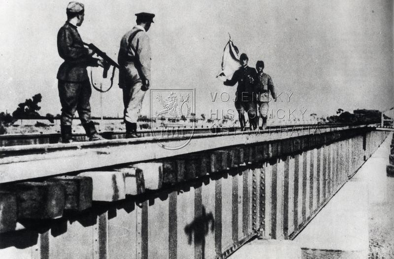 Japonští parlamentáři a sovětští vojáci, srpen 1945