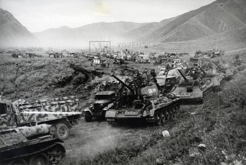 Kolona Zabajkalského frontu v pohoří Velký Chingan na západní hranici Mandžuska, srpen 1945