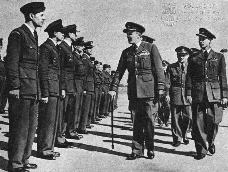 Manston 3. 8. 1945. Let. maršál J. C. Slessor se loučí s čs. letci
