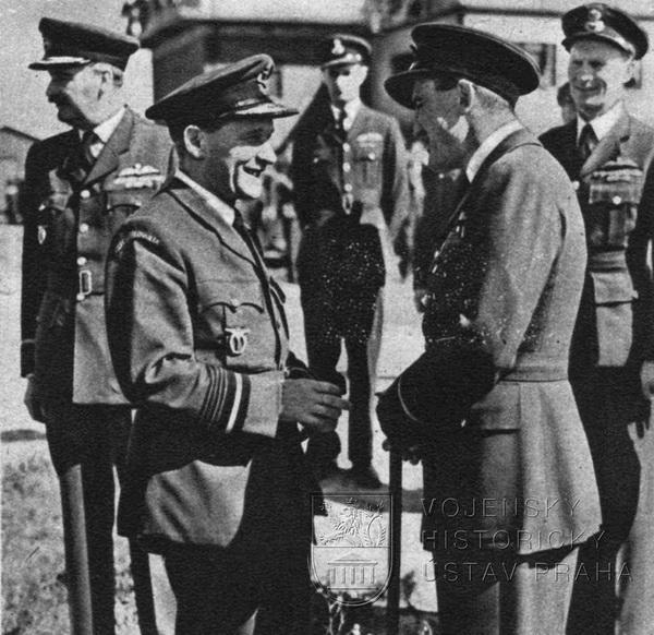 Manston 3. 8. 1945. Let. maršál J. C. Slessor se loučí s leteckým maršálem K. Janouškem.