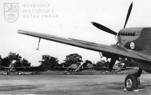 Manston srpen 1945. Čs. Spitfiry LF.Mk.IXE připravené k odletu do vlasti.
