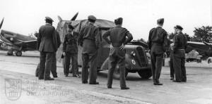Manston srpen 1945. Čs. Spitfiry LF.Mk.IXE připravené k odletu do vlasti. 2. zleva mjr. T. Vybíral.
