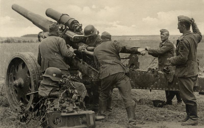 Německá houfnice sFH 18 ráže 15 cm při střelbě