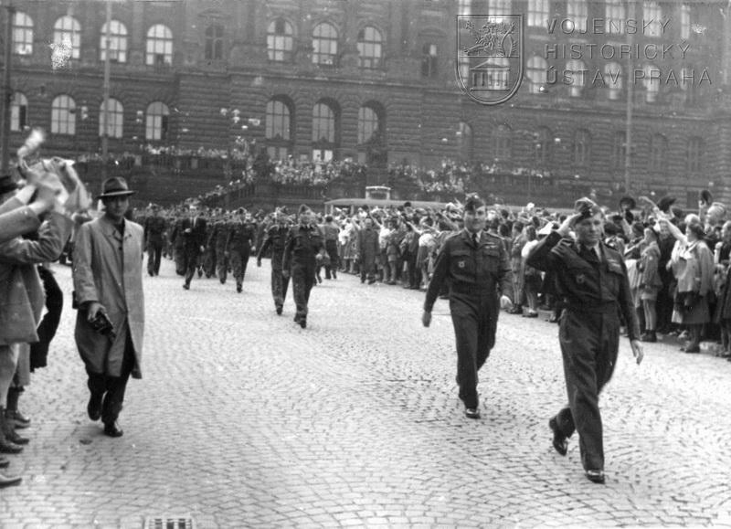 Pochod čs. letců Prahou 21. 8. 1945. Václavské náměstí. Na čele pochodu div.gen. K. Janoušek, za ním mjr. F. Doležal.