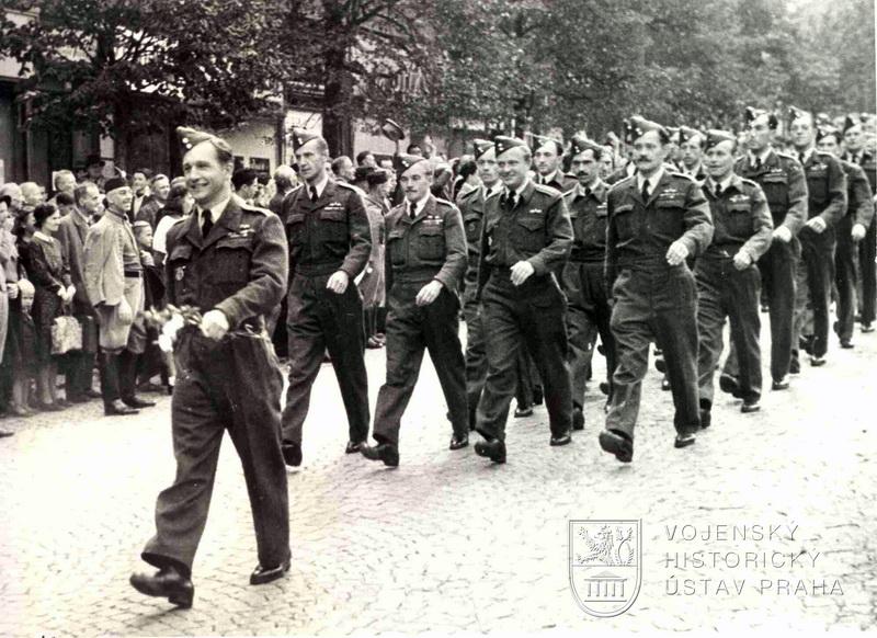 Slavnostní přehlídka československého letectva z Velké Británie v Praze 21. srpna 1945