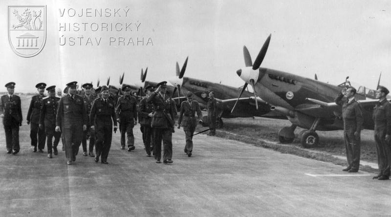 Praha-Ruzyně, 13. 8. 1945. Přivítání čs. stíhačů náčelníkem Hlavního štábu gen. B. Bočkem a dalšími hodnostáři čs. armády