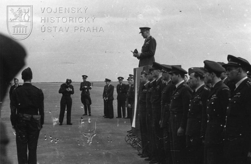 Praha-Ruzyně, 13. 8. 1945. Přivítání čs. stíhačů náčelníkem Hlavního štábu gen. B. Bočkem, který právě pronáší projev.