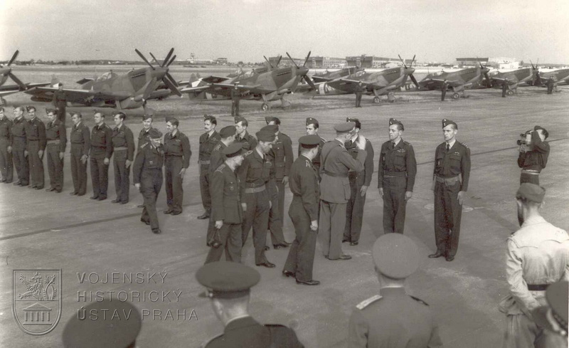 Praha-Ruzyně, 13. 8. 1945. Přivítání čs. stíhačů náčelníkem Hlavního štábu gen. B. Bočkem.