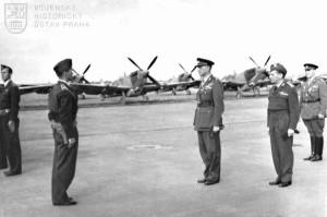 Praha-Ruzyně, 13. 8. 1945. Velitel čs. stíhacího křídla mjr. J. Hlaďo podává hlášení náčelníkovi Hlavního štábu gen. B. Bočkovi.