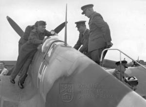 Praha-Ruzyně, 15. 8. 1945. Gen. L. Svoboda za asistence mjr. F. Doležala se seznamuje se Spitfirem LF.Mk.IXE mjr. J. Hlaďa.