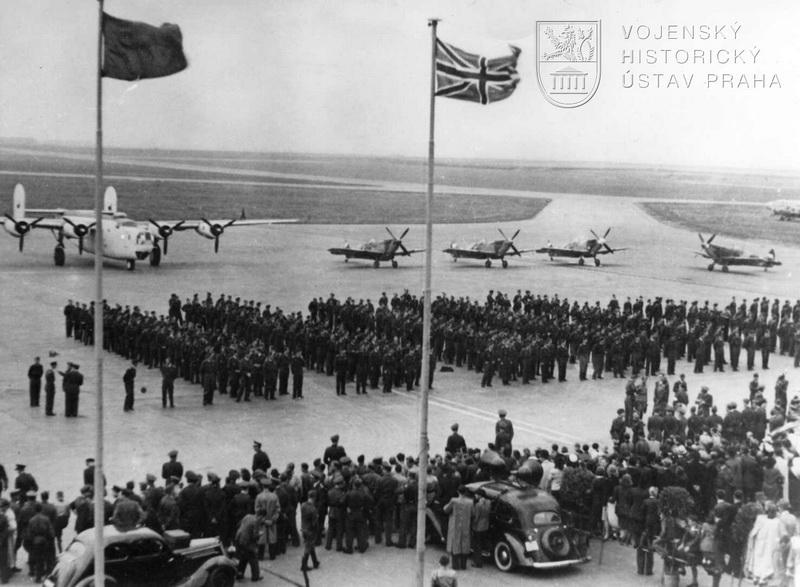 Praha-Ruzyně, 15. 8. 1945. Nastoupené jednotky před slavnostně vyzdobenou tribunou