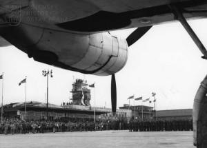 Praha-Ruzyně, 15. 8. 1945. Oficiální přivítání div.gen. L. Svobodou. Slavnostní nástup
