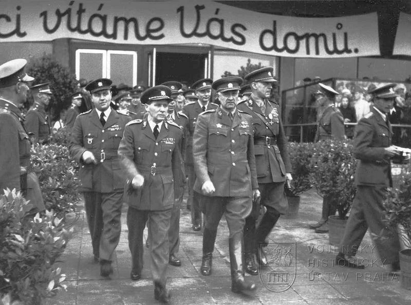Praha-Ruzyně, 15. 8. 1945. Oficiální přivítání div.gen. L. Svobodou. Vlevo mjr. F. Doležal a div.gen. K. Janoušek, vpravo brig.gen. B. Boček.