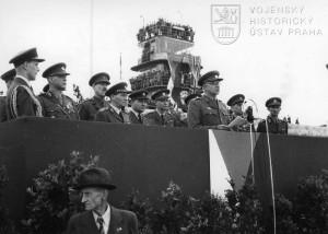 Praha-Ruzyně, 15. 8. 1945. Projev div.gen. L. Svobody. Na tribuně generálové B. Boček, K. Janoušek, K. Klapálek a M. Ferjenčík.