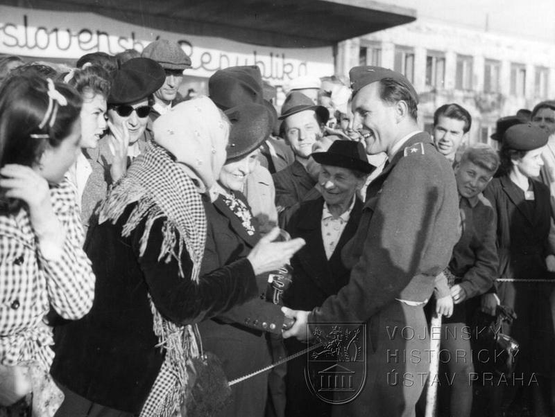 Praha-Ruzyně, 15. 8. 1945. Shledání škpt. J. Hartmana s rodiči, kteří část okupace strávili v internačním táboře ve Svatobořicích.