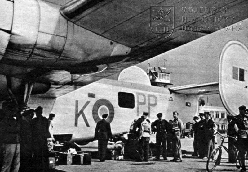 První Liberator GR.Mk.VI od 311. peruti po přistání ve vlasti. Vykládání materiálu a per