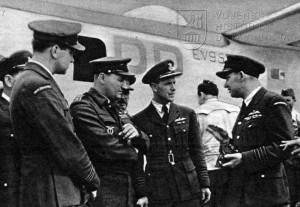 Praha-Ruzyně 25. 7. 1945. První Liberator GR.Mk.VI od 311. peruti po přistání. Uprostřed mjr. F. Doležal, let. atašé plk. G. Wyatt a plk. J. Schejbal
