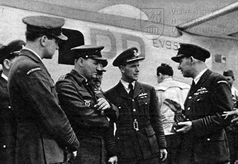 Praha-Ruzyně 25. 7. 1945. První Liberator GR.Mk.VI od 311. peruti po přistání. Uprostřed mjr. F. Doležal, let. atašé plk. G. Wyatt a plk. J. Schejbal.