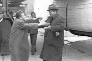 Praha-Ruzyně. Kromě vojáků se vraceli i civilisté. V jednom z Liberatorů se do vlasti vrátil i Jan Werich.