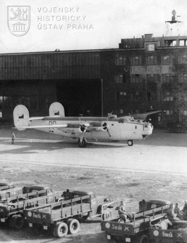 Praha-Ruzyně. Liberator GR.Mk.VI od 311. peruti. V popředí nákladní automobily Rudé armády