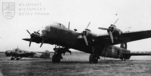 Praha-Ruzyně. Na letecké přepravě vojáků, letců a civilních repatriantů se podílely i britské čtyřmotorové Stirlingy.