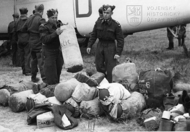 Praha-Ruzyně. Vykládání zavazadel z Liberatoru GR.Mk.VI od 311. peruti.