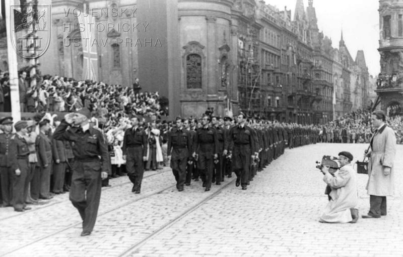 Příchod čs. letců z Pařížské třídy na Staroměstské náměstí. V čele jednoho uskupení mjr. L. Svátek.