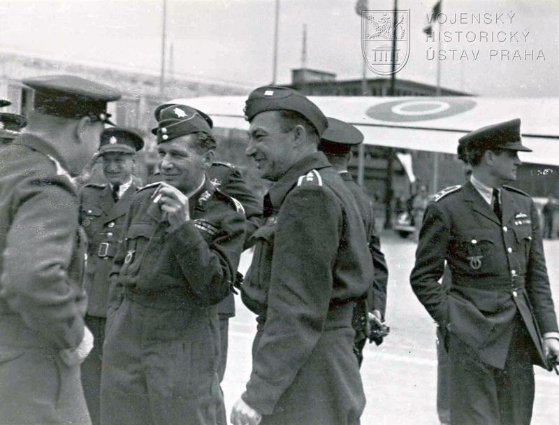 Ruzyňské letiště. Div.gen. K. Janoušek (uprostřed) se vrátil na palubě Dakoty, která jinak sloužila především k přepravě královské rodiny.