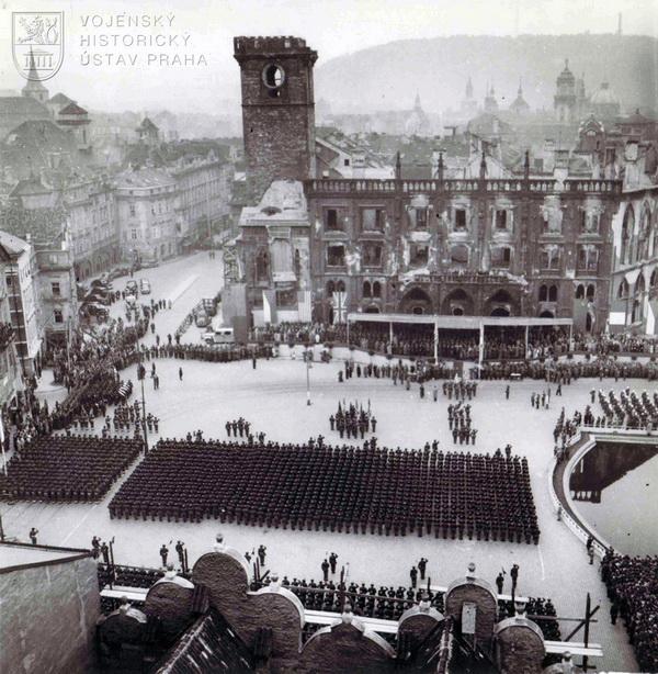 Staroměstské náměstí s nastoupenými jednotkami. Celkový pohled z Týnského chrámu.