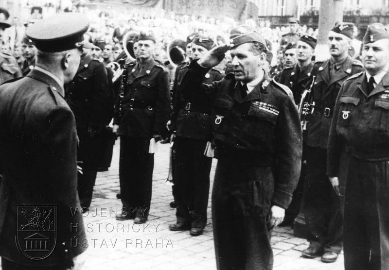 Staroměstské náměstí. Čas 11.10. Div.gen. K. Janoušek podává hlášení prezidentovi. Vpravo mjr. F. Doležal.