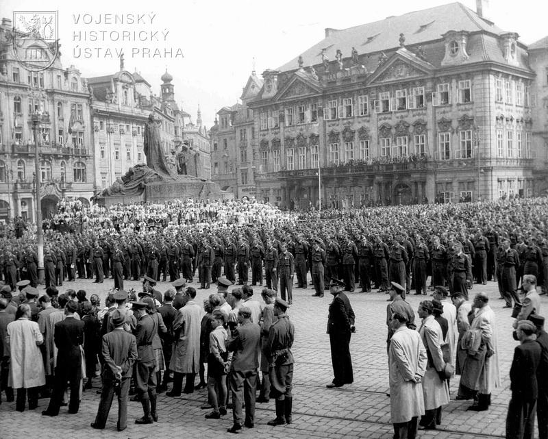 Staroměstské náměstí. Nastoupení letci po skončení dekorace a při prezidentově projevu