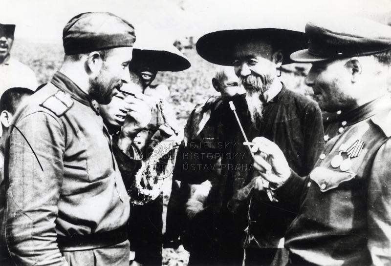 Vojáci Zabajkalského frontu s čínskými vesničany v Mandžusku, srpen 1945