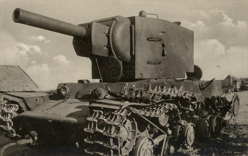 Sovětský těžký tank KV-2