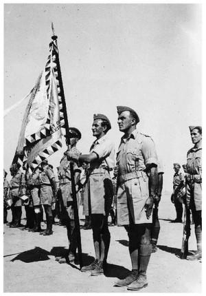 Českoslovenští vojáci s praporem československého pěšího praporu 11 Východního
