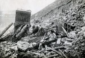 Trosky italských moždířů v horských palebných postaveních po průlomu u Kobaridu (VHÚ)